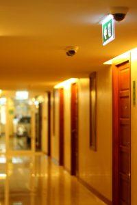 Câmeras de monitoramento em hotéis